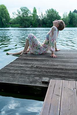 Frau am See - p427m2109230 von Ralf Mohr