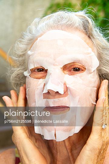 Woman with face mask - p756m2125598 by Bénédicte Lassalle