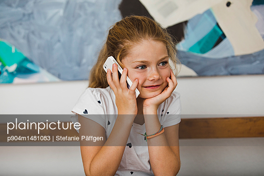 Kleines Mädchen mit Handy - p904m1481083 von Stefanie Päffgen