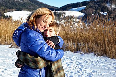 Mutter und Sohn umarmen sich - p1146m1128934 von Stephanie Uhlenbrock