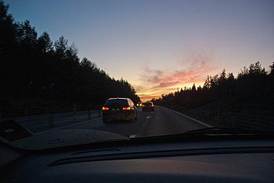 Cars on higway at dusk - p1418m1572048 by Jan Håkan Dahlström