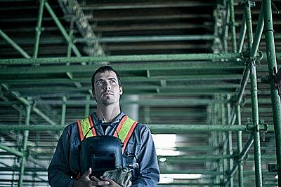 Portrait of construction worker on construction site, Cape Town, South Africa - p300m2250236 von LOUIS CHRISTIAN