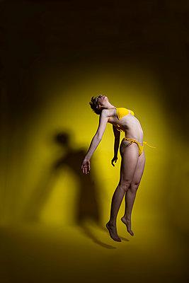 Woman wearing yellow bikini - p427m2132678 by Ralf Mohr