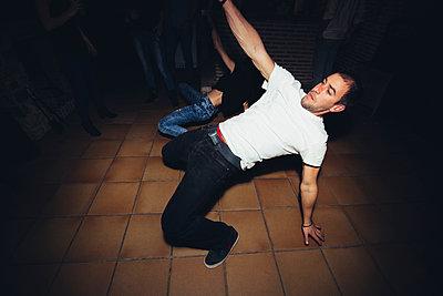 Friends dancing in nightclub - p555m1412844 by Inuk Studio