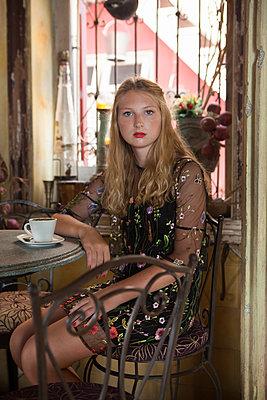 Cappucino im Café trinken - p045m1589061 von Jasmin Sander