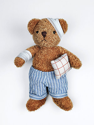 Sick teddy bear - p1052m955649 by Wolfgang Ludwig
