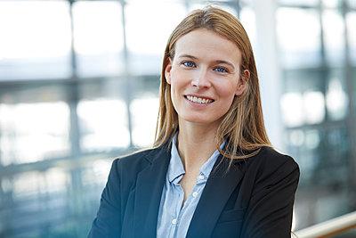 Portrait of smiling young businesswoman - p300m1581653 von Philipp Nemenz