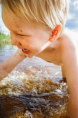 Boy in water - p322m938867 von Simo Vunneli