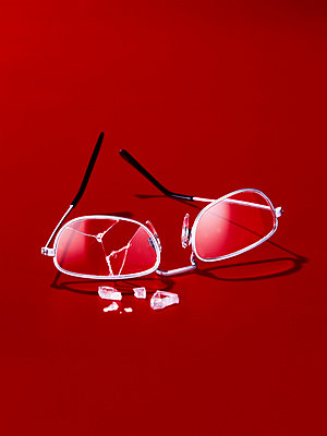 Broken glasses - p8510027 by Lohfink