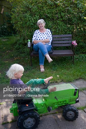 Oma und Enkelin im Garten - p116m2015417 von Gianna Schade