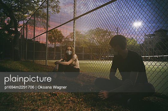 Young couple wearing masks - p1694m2291706 by Oksana Wagner