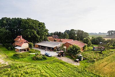 Bauernhof Luftbild - p1046m1220966 von Moritz Küstner