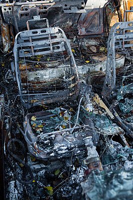 Ausgebranntes Wrack, durch Feuer zerstört - p1057m1503250 von Stephen Shepherd
