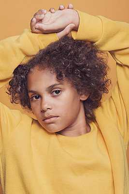 portrait of a young girl  - p1323m2015173 von Sarah Toure