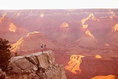 Caucasian man photographing Grand Canyon, Arizona, United States - p555m1411567 by Dave and Les Jacobs