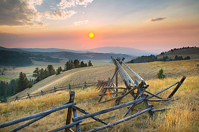 Sunset over the mountains and valleys of Montana - p555m1459542 by Spaces Images