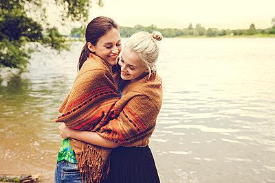 Freundinnen am Fluss - p904m932308 von Stefanie Päffgen