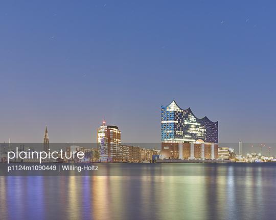Panorama Hamburg mit Elbphilharmonie - p1124m1090449 von Willing-Holtz
