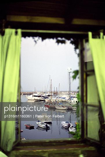 Blick durch Fenster auf Hafen, Porto San Stefano, Toskana, Italien - p1316m1160361 von Peter von Felbert