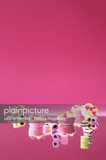 Süßigkeiten vor rosa Hintergrund - p237m1461366 von Thordis Rüggeberg