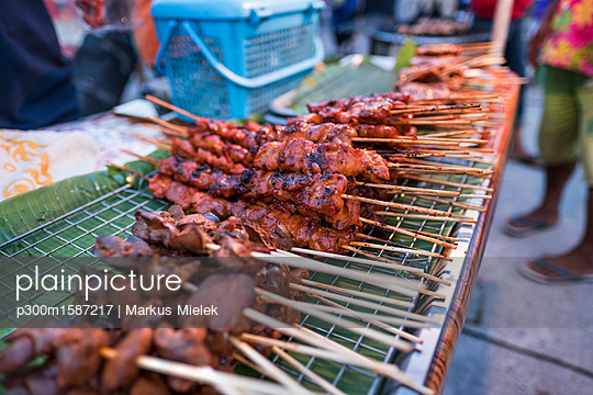 Thailand, Koh Phangan, Thong Sala, fried meat skewers on market - p300m1587217 von Markus Mielek