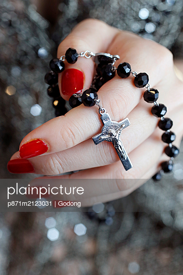 plainpicture - plainpicture p871m2123031 - Catholic woman praying rosa... - DEEPOL by plainpicture/Godong