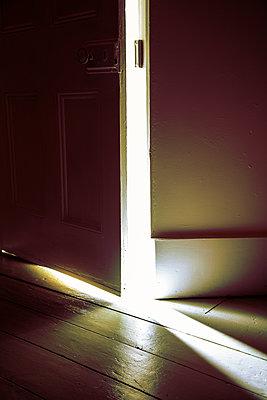 Licht durch einen Türspalt - p1248m2216088 von miguel sobreira