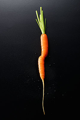 Carrot against black background - p851m1214831 by Lohfink