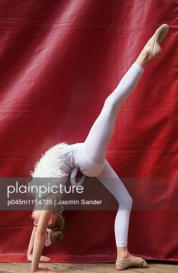 Zirkusakrobatin - p045m1154735 von Jasmin Sander