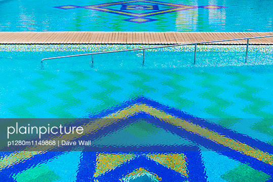 Schwimmbecken - p1280m1149868 von Dave Wall
