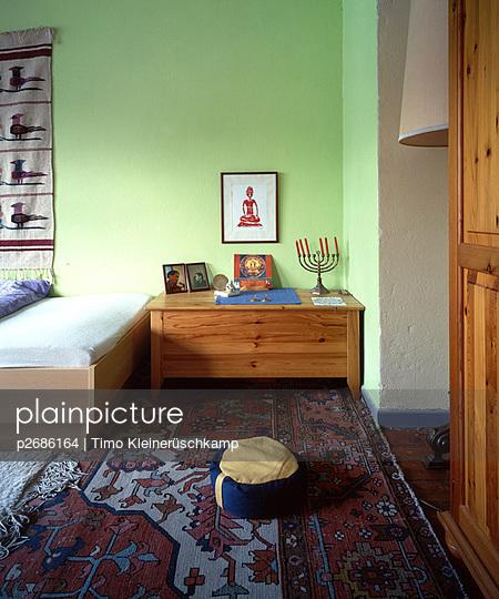 Schlafzimmer mit Chanukka-Leuchter - p2686164 von Timo Kleinerüschkamp