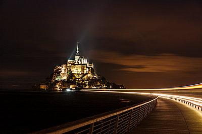 Le Mont Saint Michel bei Nacht - p248m1516172 von BY