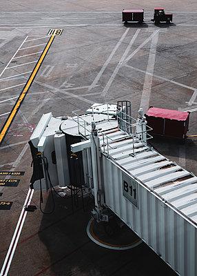 Runway and passenger boarding bridge, Newark airport, USA - p758m2181757 by L. Ajtay