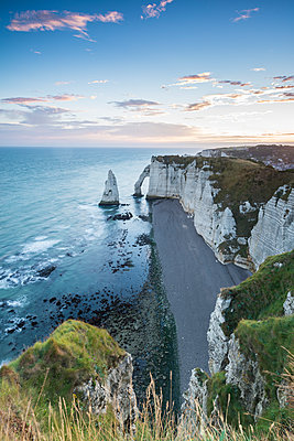 Dawn at the chalk cliffs, Etretat, Normandy, France, Europe - p871m1478807 by francesco vaninetti