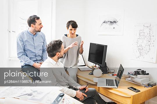 Beratung im Büro - p1284m1198575 von Ritzmann