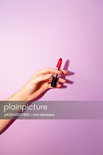 Frauenhand hält Lippenstift - p432m2037855 von mia takahara