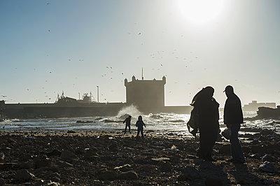 Morocco, Essaouira, Family on the beach - p1167m2269969 by Maria Schiffer