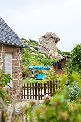 Findling im Garten - p606m970612 von Iris Friedrich