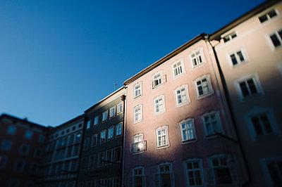 Wohnhäuser im Zwielicht - p819m1066371 von Kniel Mess