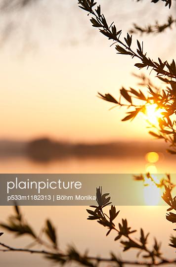 Sonnenspiegelung bei Sonnenuntergang - p533m1182313 von Böhm Monika