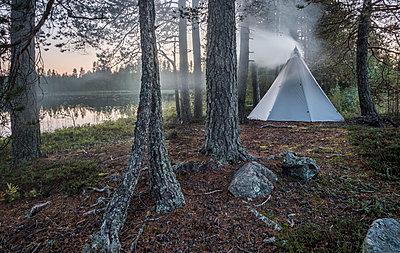 Indianerzelt im Wald - p1241m2100343 von Topi Ylä-Mononen