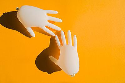 Aufgeblasene Latexhandschuhe  - p432m2168896 von mia takahara
