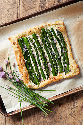 Asparagus pastry tart with fresh chive - p924m947867f by Ryan Benyi Photography