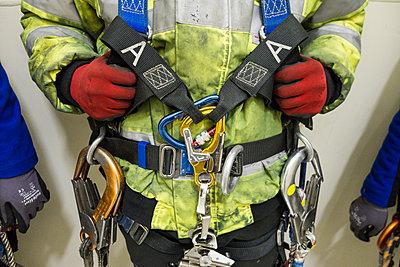 Windkrafttechniker mit Schutzausrüstung - p1079m1562065 von Ulrich Mertens