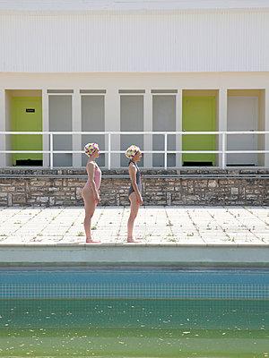 Zwei Freundinnen stehen am Beckenrand - p1105m2082556 von Virginie Plauchut