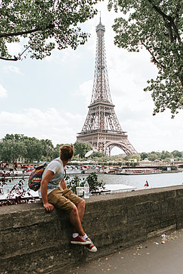 Looking at the Eiffel tower - p1507m2168030 by Emma Grann