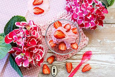 Nicecream, made of strawberry and banana, sugarfree - p300m1567946 by Eva Gruendemann
