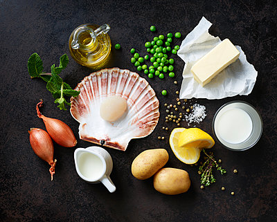 Ingredients for scallops on nut butter with pea and mint puree - p300m1588157 by Kai Schwabe