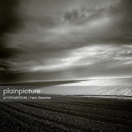 Dunkle Wolken über den Äckern - p1137m2073136 von Yann Grancher