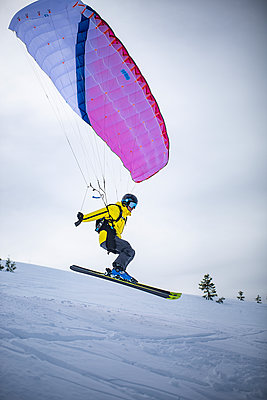 France, Speed riding in winter - p1007m2216595 by Tilby Vattard